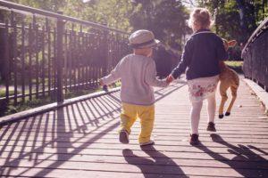 Pédagogie montessori deux enfants sociabilise