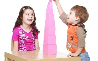 La tour rose: une activité Montessori présentée à partir de 24 mois