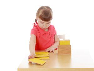 Enfant qui apprend avec la pédagogie Montessori