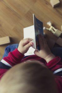 Enfant dans sa chambre montessori : environnement préparé