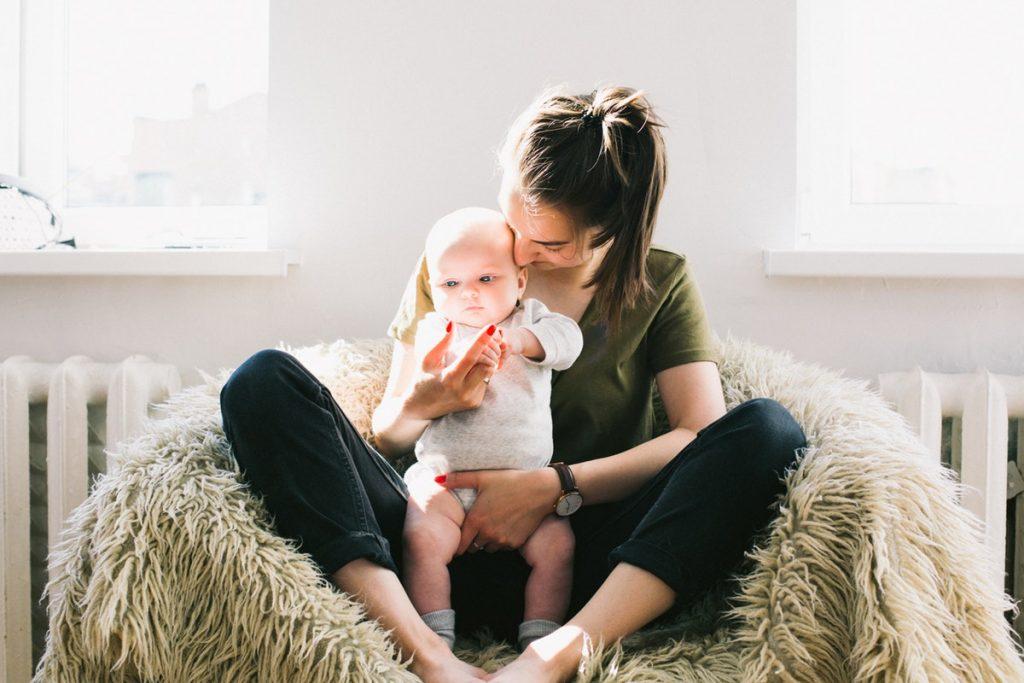 Jeux et activités pour un bébé de 3 à 6 mois - Découvrir Montessori