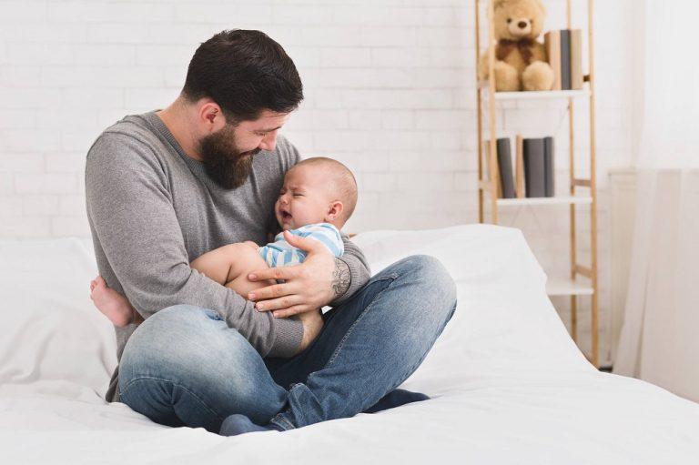 Comprendre et apaiser les pleurs du soir de bébé