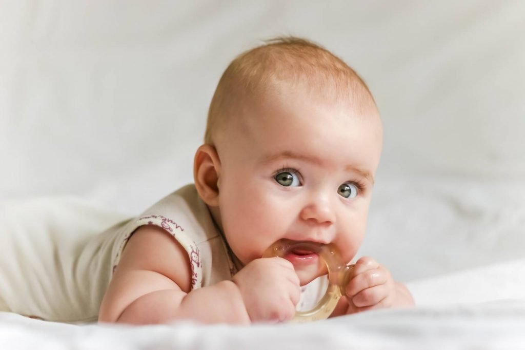 Soulager bébé pendant ses poussées dentaires