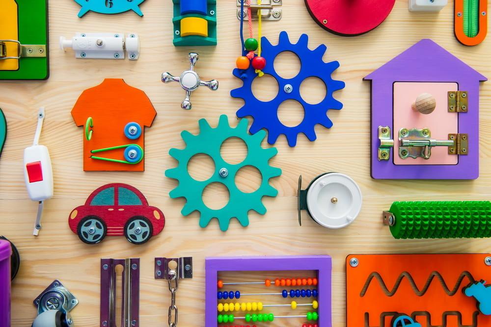 La fameuse planche d'activités ou busy board